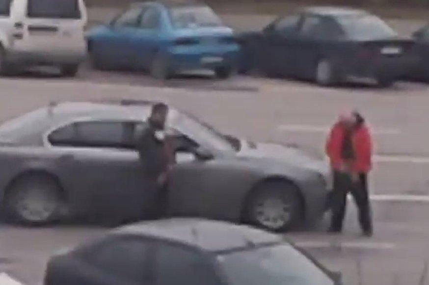Kaune šlapinasi BMW vairuotojas ir jo keleivis