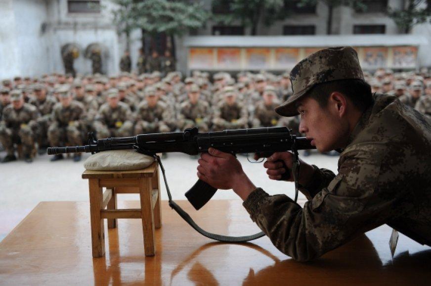 Kinijos armijos šauktiniai šaudymo pratybose