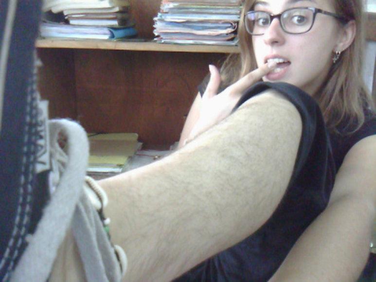 Plaukuotos moterų kojos