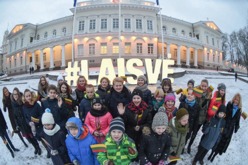 Dalia Grybauskaitė kartu su 25-iais Sausio 13-osios mokyklos mokiniais įžiebia užrašą #Laisvė.