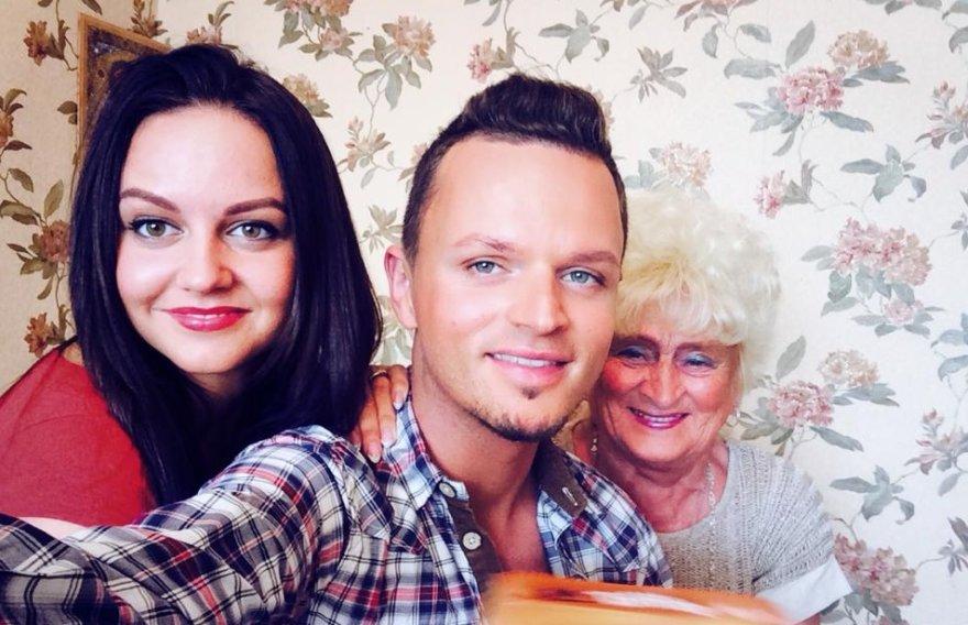 Ruslanas Kirlikinas su seserimi Viktorija ir močiute Zina