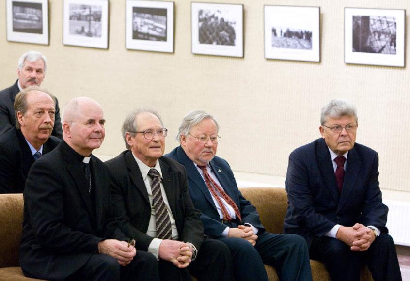 2013-ųjų metų Laisvės  premijos laureatas Sigitas Tamkevičius ir pirmasis, 2011-ųjų metų Laisvės premijos laureatas Sergejus Kovaliovas Laisvės gynėjų dienos minėjime Seime 2012-aisiais.