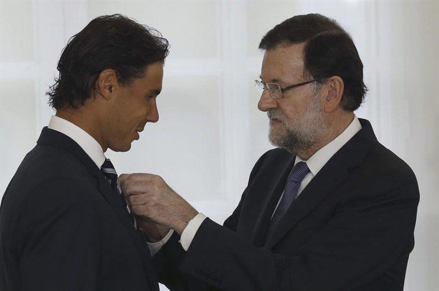 Rafaelis Nadalis gauna apdovanojimą iš Ispanijos premjero rankų