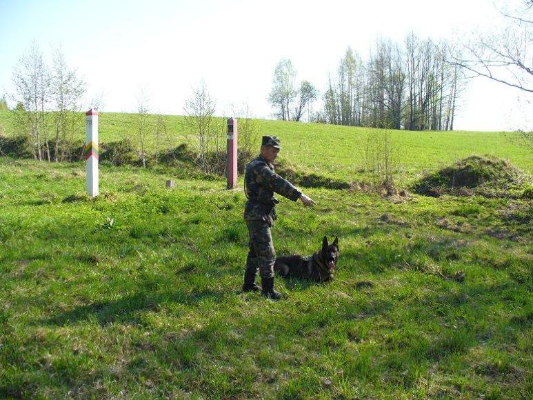 Pasienietis su tarnybiniu šunimi