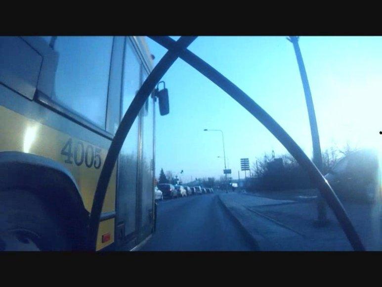 Dviratininkas nufilmavo, kaip autobusas ima jį lenkti ir tyčia spausti prie kelkraščio.