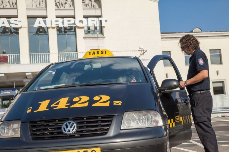 Taksistai tikrinami Vilniaus oro uoste ir šalia Geležinkelio stoties.