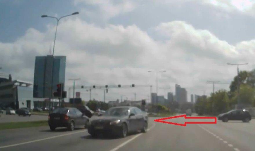 BMW važiuoja prieš eismą
