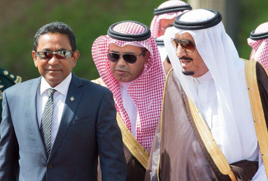 Maldyvų prezidentas Abdulla Yameenas (kairėje) su Saudo Arabijos karališkosios šeimos nariais