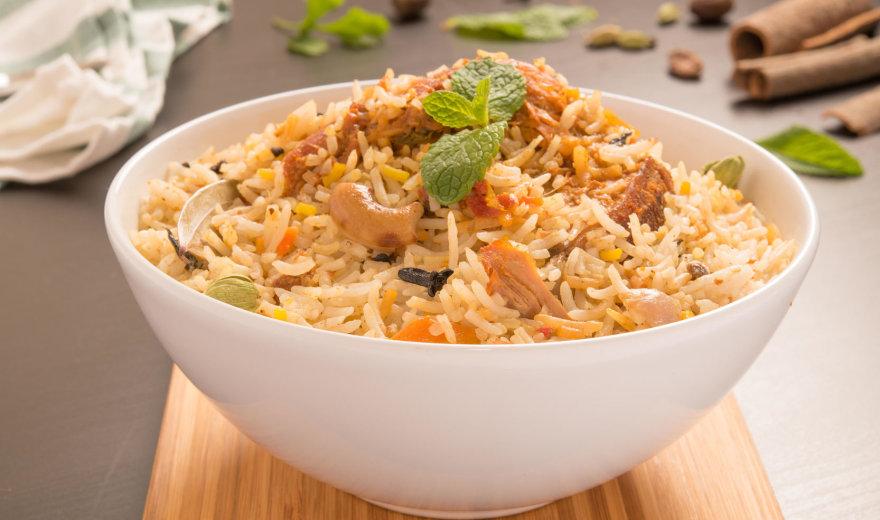 Vištiena su ryžiais, prieskoniais ir karamelizuotais svogūnais