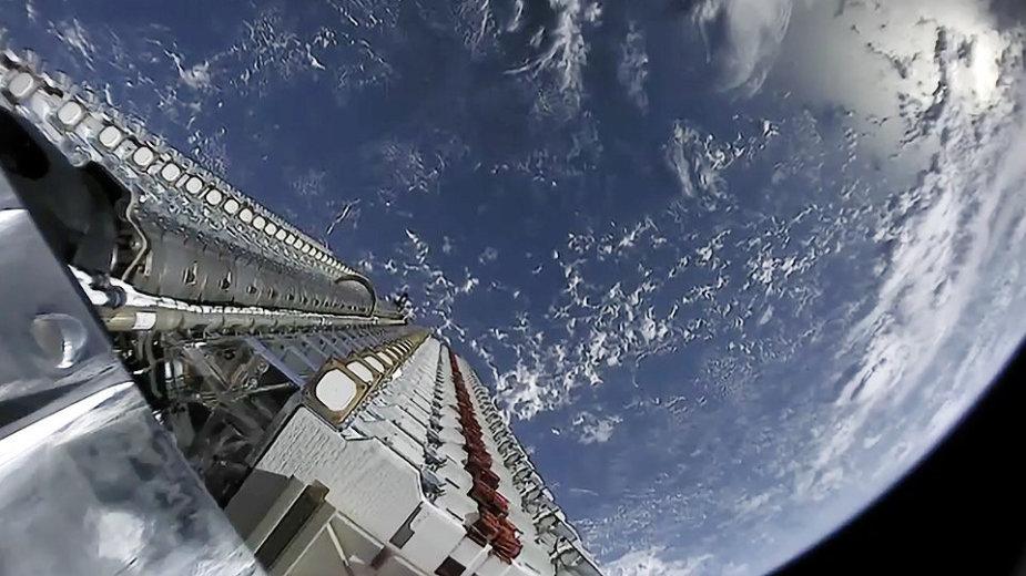 """""""SpaceX Starlink"""" palydovai supakuoti taip, kad vienu raketos skrydžių jų būtų iškeliama kiek įmanoma daugiau"""