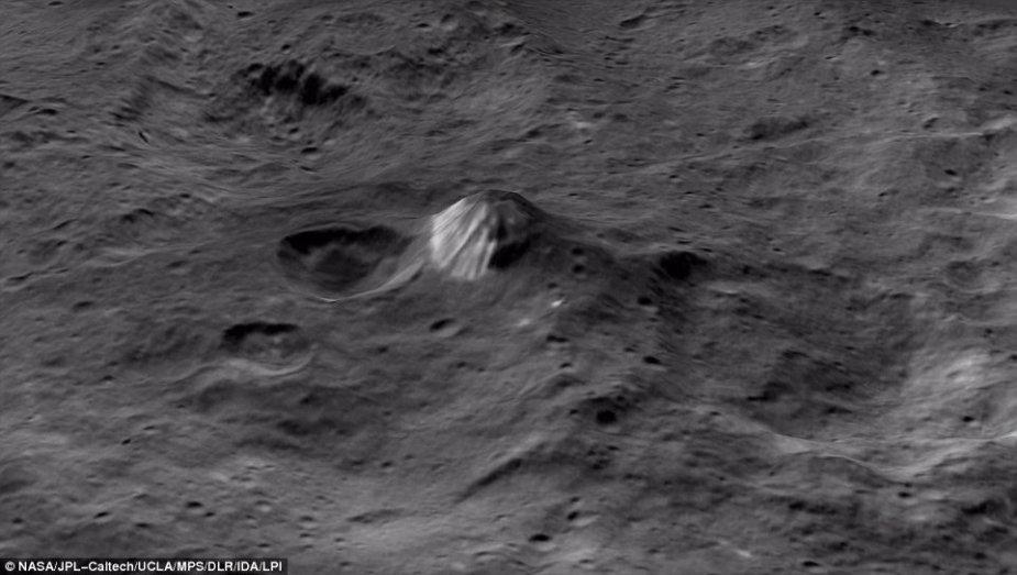 Keistasis 6 km aukščio kūgio pavidalo kalnas greta kraterio