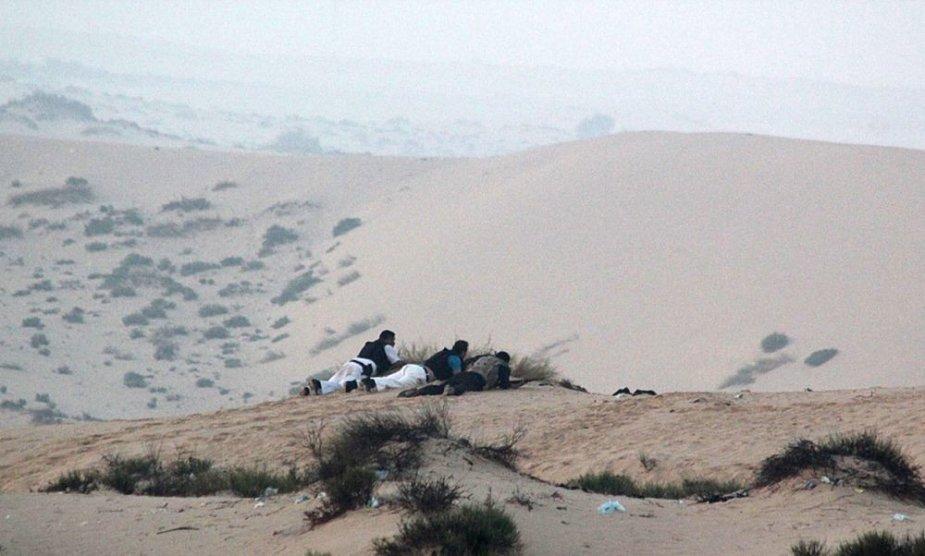 Egipto saugumo pajėgų pareigūnai užsiėmę pozicijas prieš reidą Sinajuje.