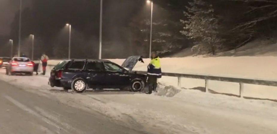"""Vilniuje """"Audi"""" atsitrenkė į atitvarus"""