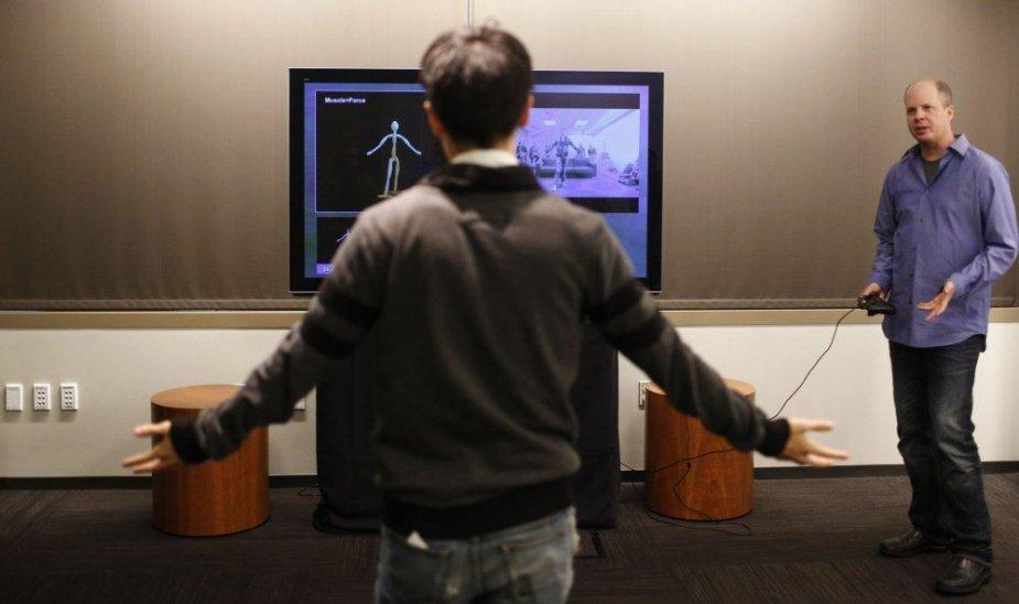 """Žmogus išbando """"Xbox One"""" skirtą naująjį valdiklį """"Kinect 2"""""""