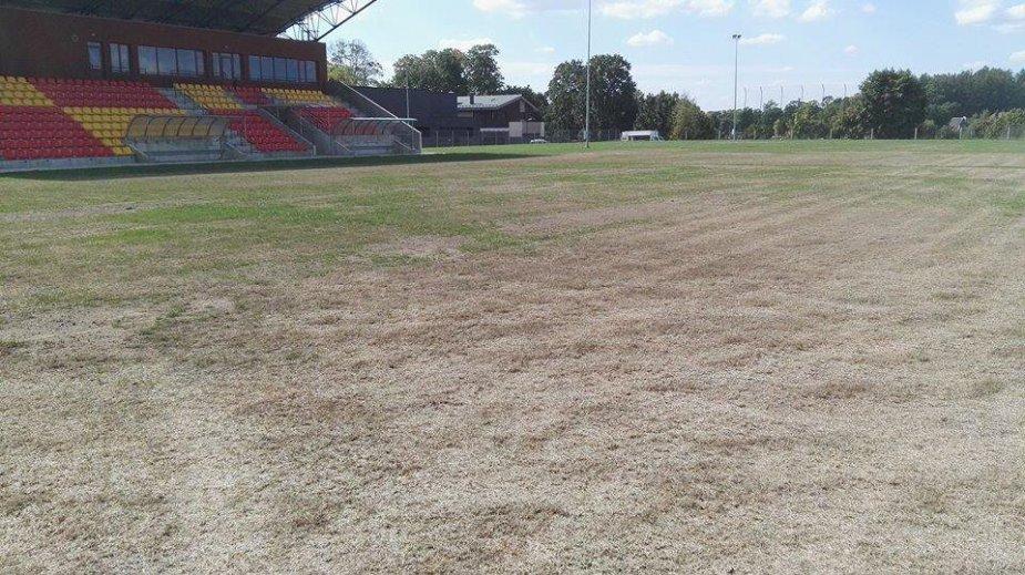 Štai taip atrodo šiemet rekonstruoto Jurbarko miesto stadiono veja