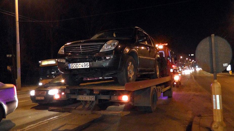 """Iš avarijos vietos išgabenamas automobilis """"SsangYong"""""""
