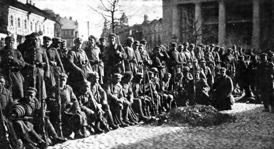 Lenkų kariai Vilniaus Rotušės aikštėje (1920 m.)
