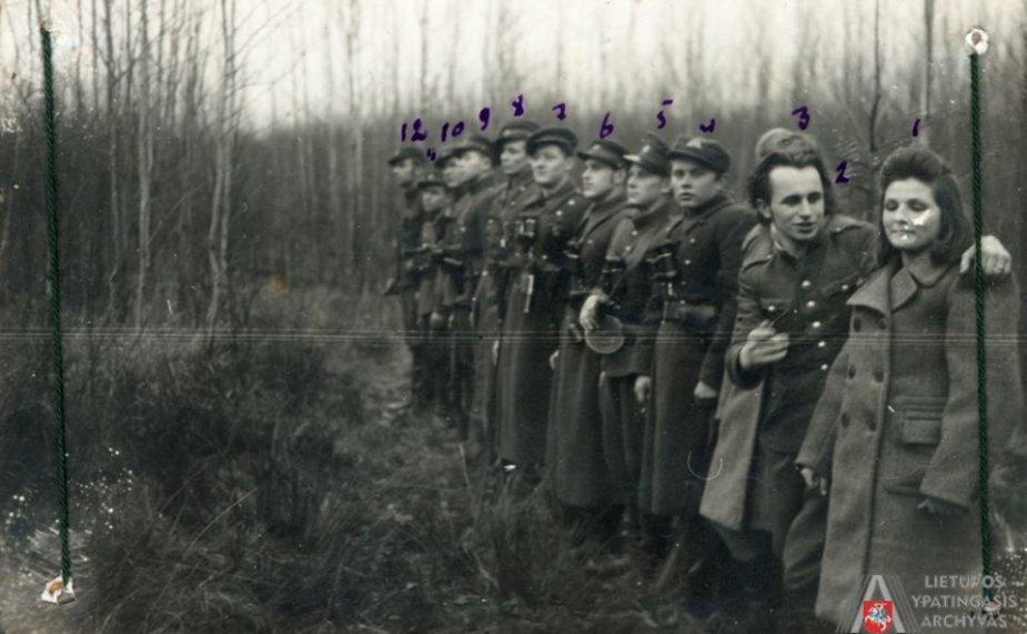 Kęstučio apygardos Butigeidžio rinktinės Šalnos rajono štabo nariai su Aušrelės būrio partizanais. Iš dešinės: 1. Aušrelės būrio partizanė Vladislava Rudienė (pažymėta Nr. 1), 3. Aušrelės būrio partizanė Genovaitė Rudytė (pažymėta Nr. 3). Tauragės aps., Batakių vls. 1949 m. Fotonuotrauka.
