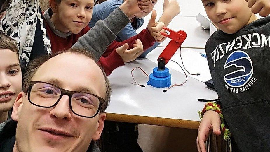 """Šilutėje robotų mokyklą įkūręs iš Švedijos grįžęs programuotojas – tarp nominantų """"Globalios Lietuvos apdovanojimuose""""."""