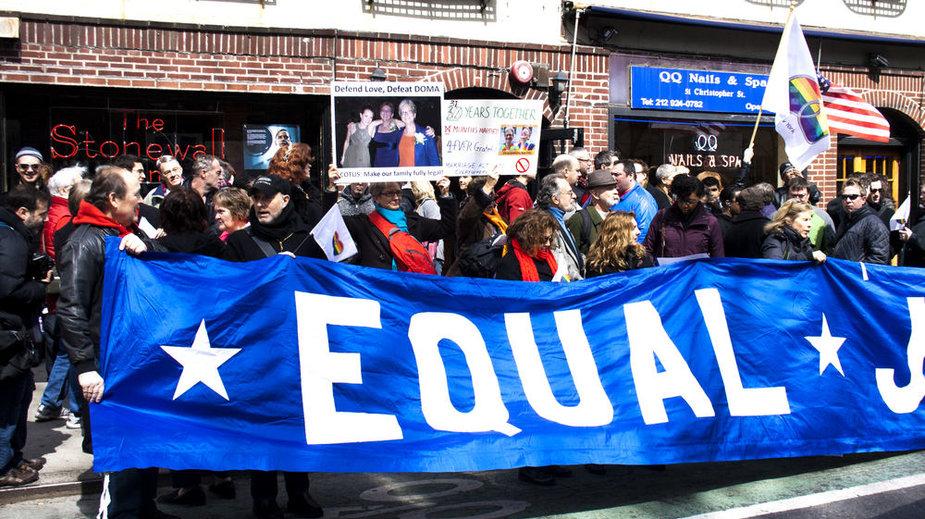 Niujorke šimtai pasisakė už tos pačios lyties santuokas.
