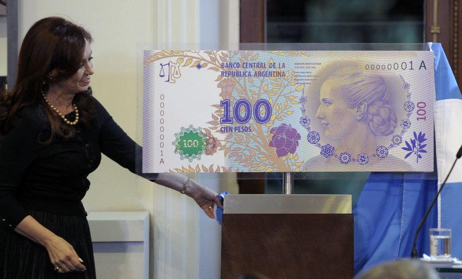 Cristina Kirchner pristatė naująjį 100 pesų banknotą su Evos Peron atvaizdu.
