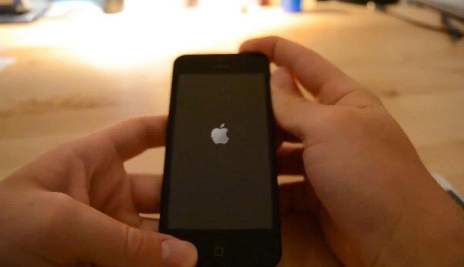 """Internete plinta vaizdo įrašas, kuriame rodomas, kaip teigiama, surinktas ir veikiantis išmaniojo telefono """"iPhone 5"""" prototipas."""