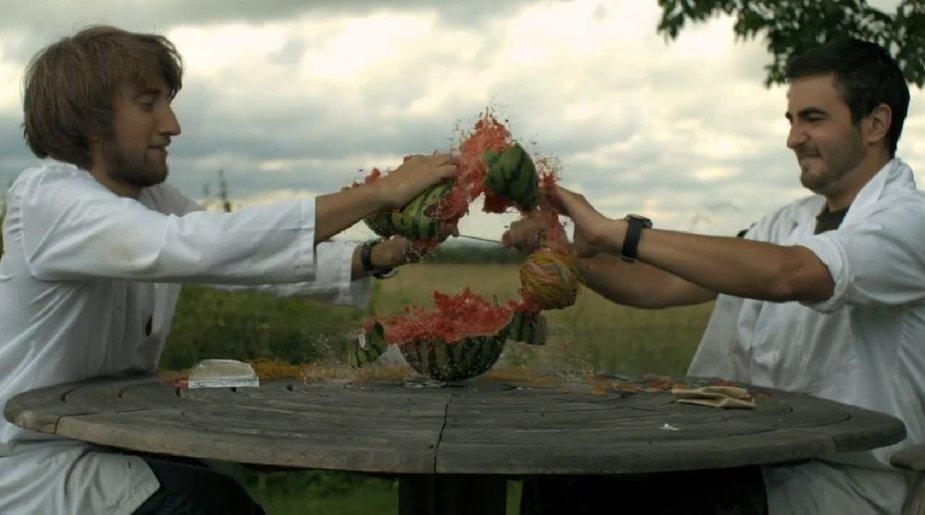 Arbūzą galima perpjauti ir gumytėmis.