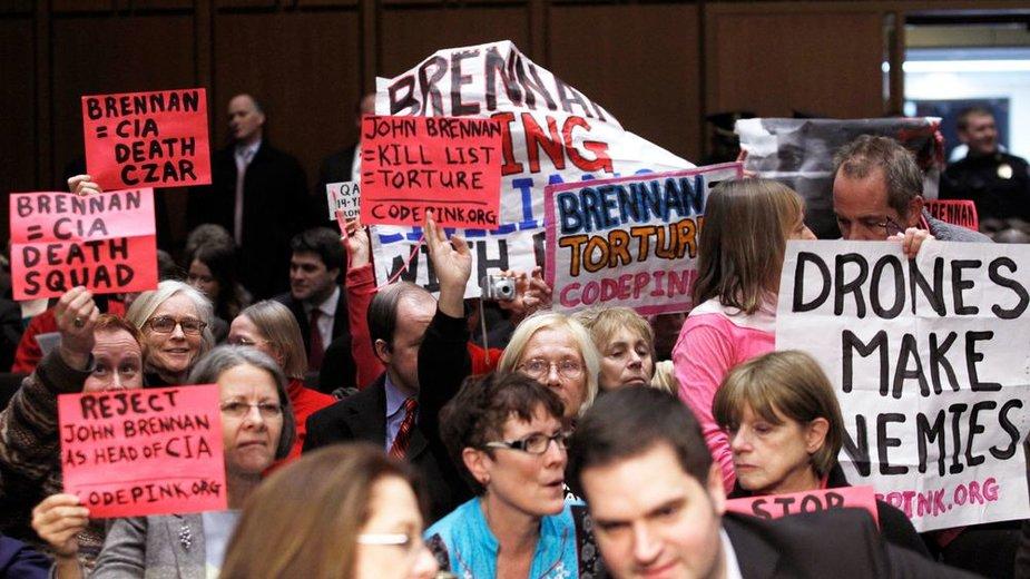 """""""Code Pink"""" protestuotojai Senato posėyje, kuriame svarstoma naujojo CŽV direktoriaus kandidatūra"""