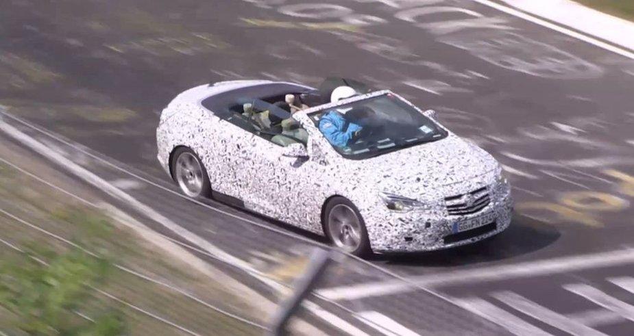 """Testuojamas """"Opel Astra"""" kabrioletas"""