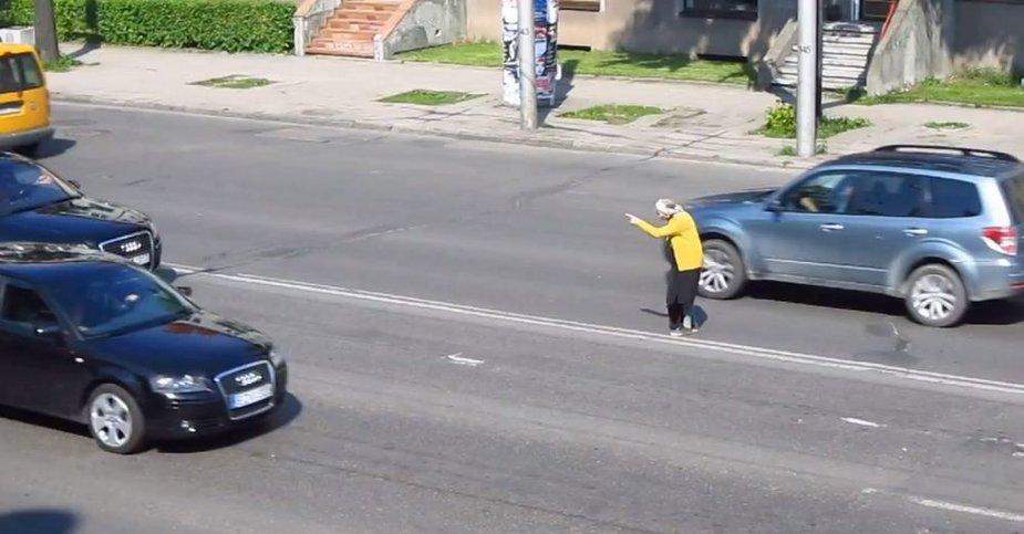 Močiutė eina per gatvę