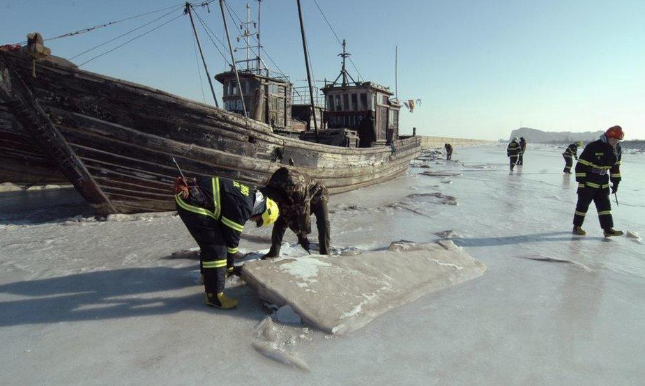 Užšalus jūrai Kinijoje leduose įstrigo tūkstančiai laivų