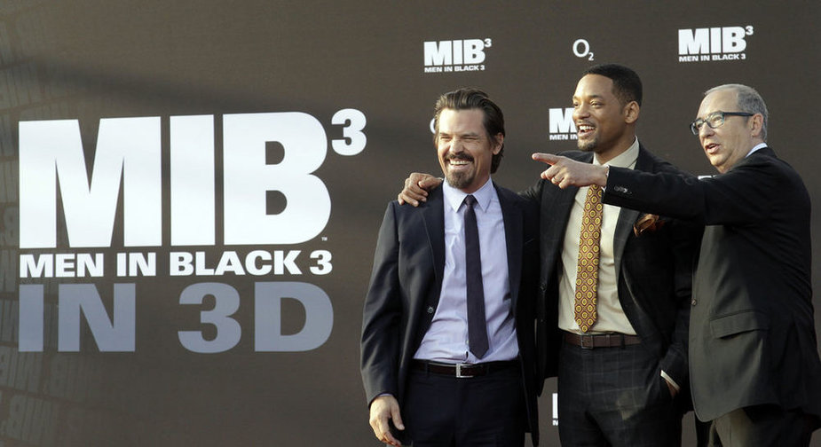 "Cast members Josh Brolin (L-R), Will Smith and director Barry Sonnenfeld pose on the red carpet for the German premiere of their film ""Men in Black III"" in Berlin May 14, 2012. The movie opens in German cinemas on May 24. REUTERS/Tobias Schwarz (GERMANY - Tags: ENTERTAINMENT)"