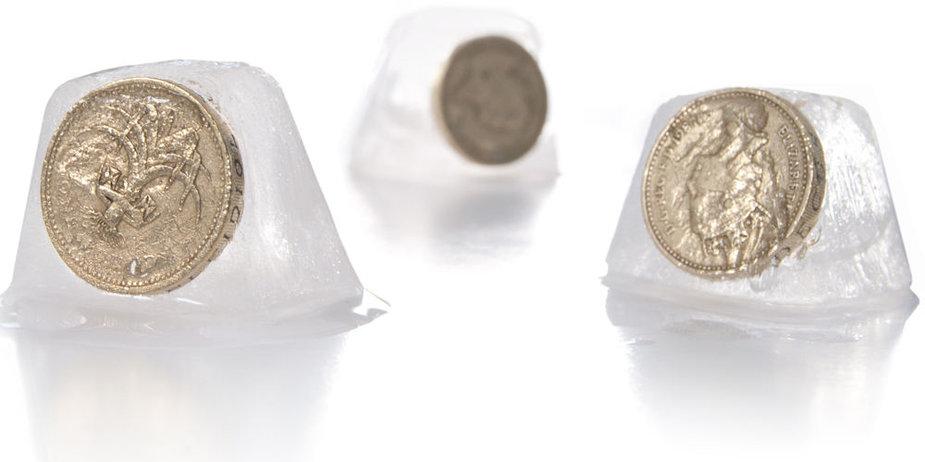 Monetos ledo kubeliuose