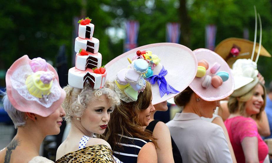 Skrybėlių paradas karališkose žirgų lenktynės Askote