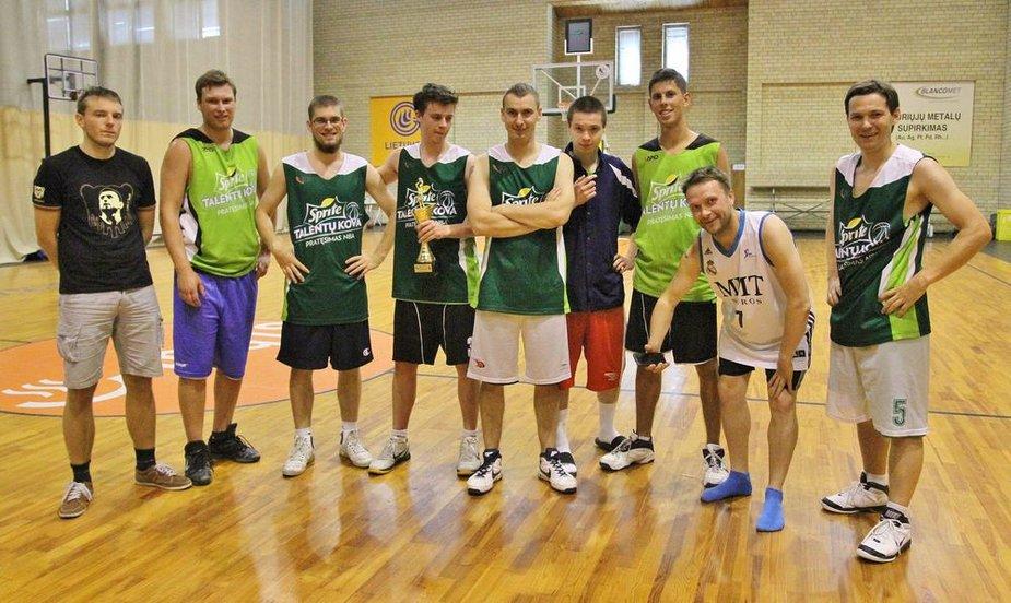 Sporto žurnalistai kovojo krepšinio turnyre vienas prieš vieną
