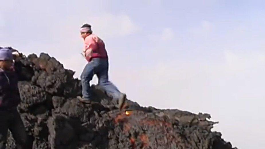 Vyriškis bėgantis ant lavos paviršiaus