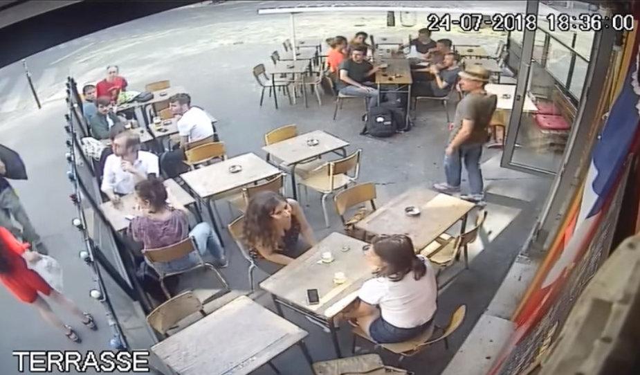 Prancūzė gatvėje atsikirto priekabiautojui – sulaukė smūgio į veidą