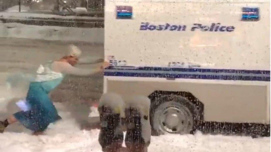 """Sunkvežimį iš pusnies išstūmė Elzė iš filmuko """"Sniego karalienė"""""""