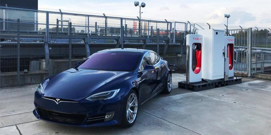 """""""Tesla"""" įkrovos stotelė """"Supercharger"""" Niurburgringe"""