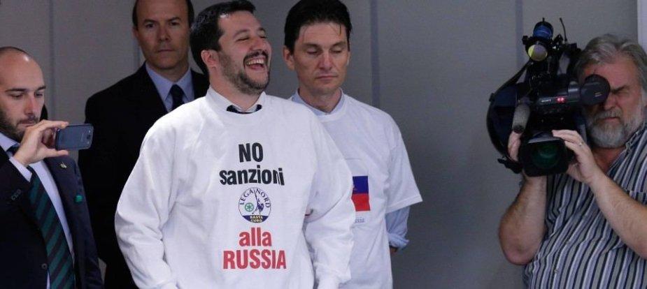 """""""Sankcijoms Rusijai – ne"""", – skelbiama ant M.Salvini vilkimų marškinėlių"""