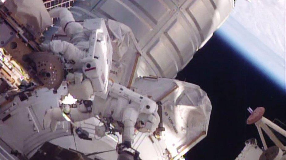 Astronautai dirba atvirame kosmose