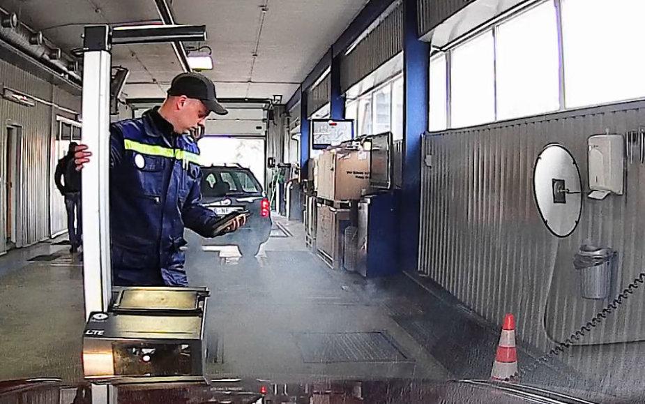 Dūmus skleidžiantis automobilis techninių apžiūrų stotyje