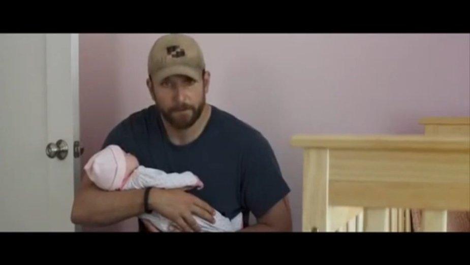 """Bradley Cooperis su netikru kūdikiu ant rankų filme """"Amerikiečių snaiperis"""""""