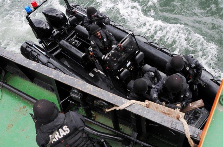 Pasieniečiai pratybų metu šturmavo tariamų pažeidėjų laivą
