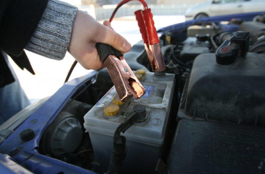 """Viena populiariausių priemonių žiemą greitai įkrauti akumuliatorių – """"krokodilai"""", tačiau specialistai perspėja, kad toks jungimas gali pakenkti automobilio elektros sistemai."""