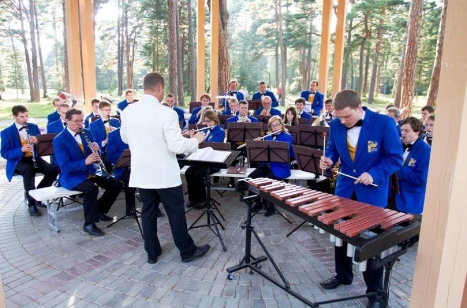 Kiekvieną ketvirtadienį, penktadienį ir šeštadienį Birutės parko rotondoje Palangos orkestras klausytojams dovanos nemokamus pučiamųjų muzikos koncertus.