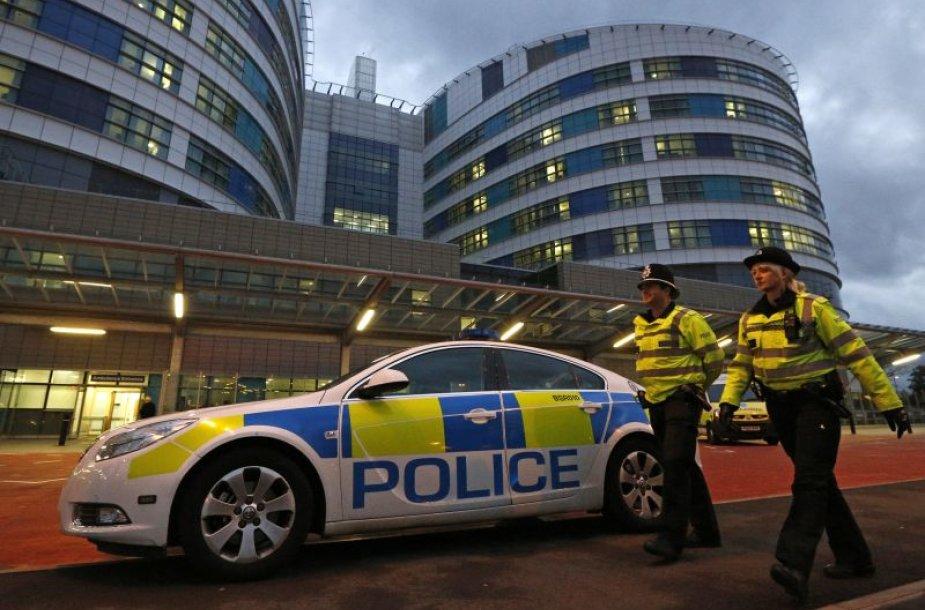 Prie Birmingamo ligoninės patruliuoja policija.