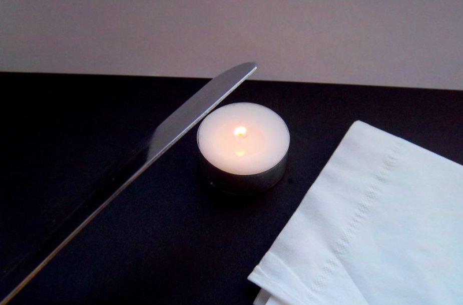 Naudojamą metalinį įrankį įkaitinkite virš žvakės liepsnos