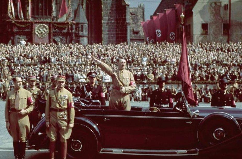 "Adolfas Hitleris vežamas ""Mercedes-Benz"" kabrioletu"