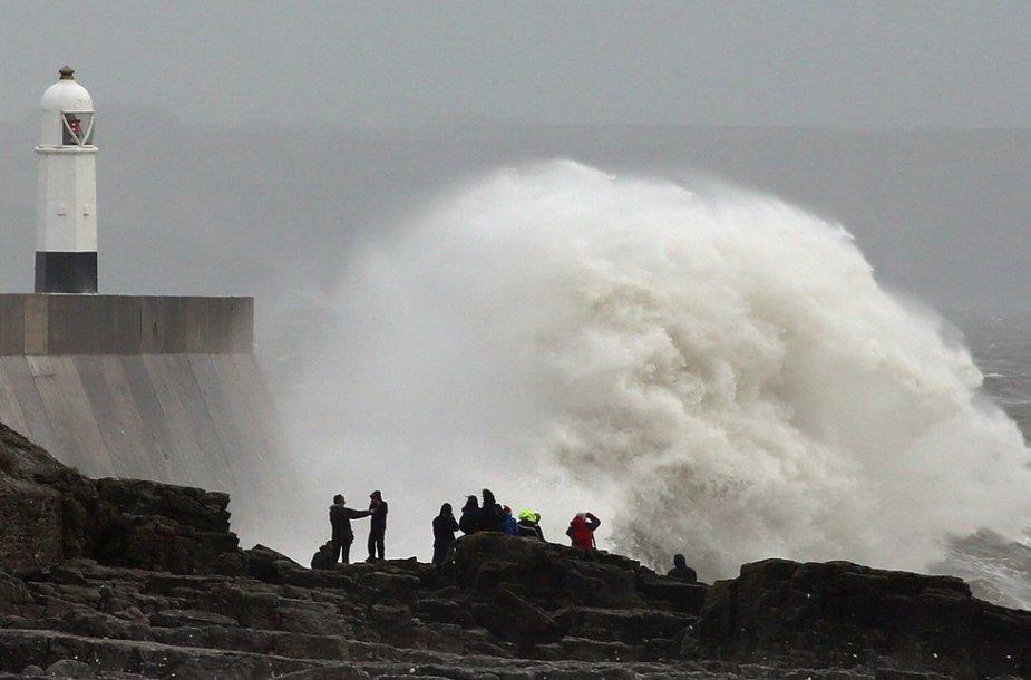 Didelės bangos Didžiosios Britanijos pietuose